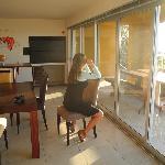 Küchen-/Wohnbereich: Whalewatching mit Fernglas auf dem Küchenstuhl