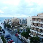 Du balcon, la rue menant à la mer ( 100 m)