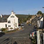 Hotellet och största gatan Victoria street i Craigellachie