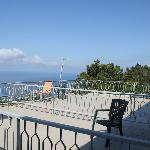 В отеле всего лишь три номера на самом верхнем этаже с мансардой и видом на море с высокой горы