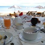 Le petit déjeuner servi devant la plage