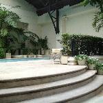 La piscine et la salle à manger font un seul