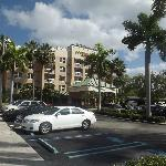 Fachada do hotel Courtyard Aventura