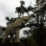 statue @ parkinglot @ entrance of museum