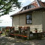 kleine erhöhte Terrasse am Haus
