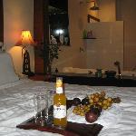 Кроватьномера с видом на джакузи