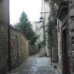 """Veduta dall'ingresso dell'albergo nel vicolo """" a Valle"""""""