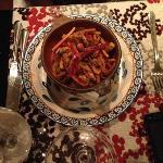 Wok de pollo hot con verduras y fideos de arroz