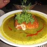 Queso gouda frito bañado en salsa verde