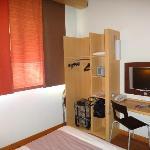 Room 413  Open Closet, Dest