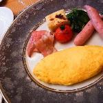 朝食・・洋・オムライスとパンが美味しい♪