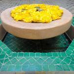 Fontaine fleurie au Riad Limouna