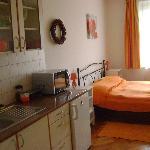 angolo cucina-letto e finestra