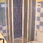 Pequeño baño con ducha.