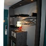 """Zimmereingang mit Minibar und """"Kleiderschrank"""""""
