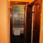 Pasillo, con placard y baño