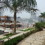 ホテル内の遊歩道と川上のバー