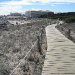 Holzstege am Strand entlang