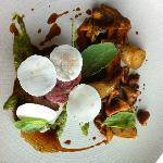L'agneau (noisette cachée sous de fines rondelles de champignons) et ses légumes