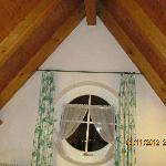 Appartamento Stella Alpina: la finestra e il tetto.