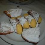 Cassatelle con ricotta e cannoli con crema gialla