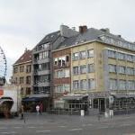 Zicht op hotel du Bassin komende vanaf het station