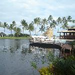 Lago com um deck (passeio kaiak)