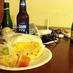 ホテルの向かいのホットプールサイドで焼いたチーズパンとサラダ