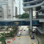 puente que une el hotel con el casino y shopping que está enfrente