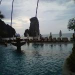 pemandangan dari tepi kolam renang