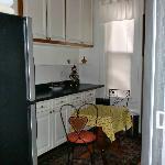 Küche und Durchgang zum Bad (Duschkabine ist in der Küche)