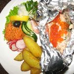 Salmon with cheese, row and shrimps in foil, served with a sallad and potato wedges. Yummie!