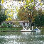 L'auberge et son bateau navette (en blanc)