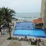 La alberca y la playa vista desde la habitación