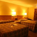QUEEN ROOM 2 BEDS -- NO SMOKING