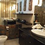 広くて清潔なバスルーム