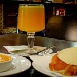 Zumo de naranja natural para un desayuno completo