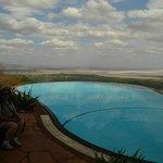 Piscina mostrando ao fundo o Lake Manyara
