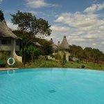 Vista dos bangalôs e piscina em primeiro plano