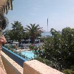 Zicht op zee vanuit kamer (balcon)
