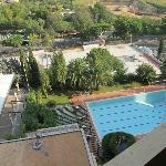 Vista para a piscina grande e vazia em pleno verão