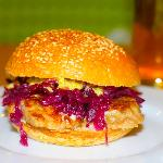 Frikadellesandwich med rødkål og remoulade.