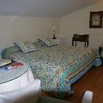 Vista de la cama y accesorios
