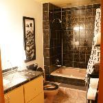 Salle de bains (avec baignoire à jets (jacuzzi))