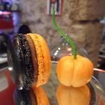 Macaron chocolat et fleur d'orange