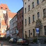 DE voorkant laat zien dat het hotel uit 3 gebouwen bestaat