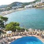 Uitzicht op zwembad en strand