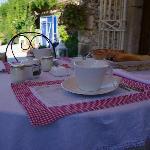 La terrasse avec le petit-déjeuner