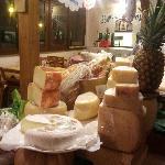 vasto assortimento di formaggi tipici italiani