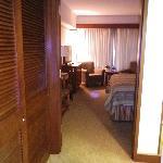 Blick von der Eingangstüre ins Zimmer.